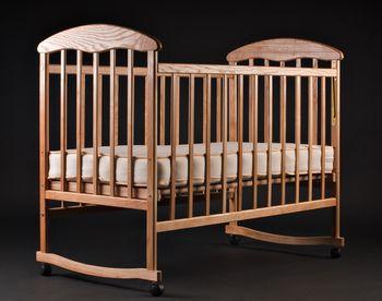 Лакированная кроватка ясень
